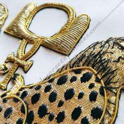 Tablier de vénérable, RMM, symboles, équerre, compas, M et B, léopards brodés au fil d'or, décors FM