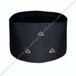 CHA003- coiffe, chapeau de franc maçonnerie, noir avec 3 tiangles brodés blancs, accesssoires maçonniques, décors FM
