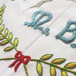 Décors maçonniques, tablier de vénérable du rite français traditionnel, acacia, M, B, alphabet, lacs d'amour brodés