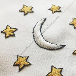 Décors maçonniques, tablier de vénérable du rite français traditionnel, lune, soleil, étoiles brodés au fil d'or, cadeaux FM