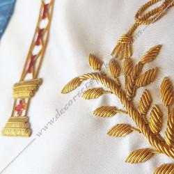 Décors maçonniques, tablier de vénérable du rite français traditionnel, équerre, compas, colonnes brodés au fil d'or, bijoux