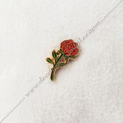 PIN005- Pin's Rose rouge doré à l'or fin. Décors, symboles et signes maçonniques. Accessoires, bijoux de franc maçonnerie