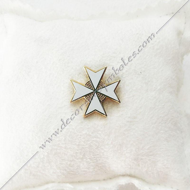 PIN014- pin's croix de malte doré à l'or fin, blanche. Décors, symboles et signes maçonniques. Bijoux de franc maçonnerie