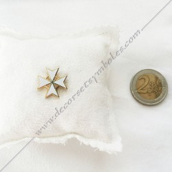 pin's croix de malte doré à l'or fin, blanche. Décors, symboles et signes maçonniques. Bijoux de franc maçonnerie