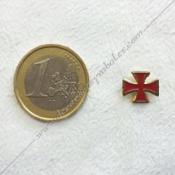 Pin's croix templière émaillée rouge maçonnique. Décors, symboles en plaqué or 24 carats maçonniques. Bijoux FM