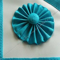 tablier de maitre, rite français, cocardes, bleu turquoise, simili cuir blanc, qualité, décors macaroniques, franc maçonnerie