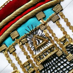 Tablier Vénérable Maitre du REAA. Mozart. Décors franc-maconnerie, équerre, compas, feuilles acacia, temple, bijoux or