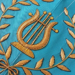 Maître de musique, sautoir du REAA décors maçonniques, broderies, bijoux or, acacia, franc maçonnerie